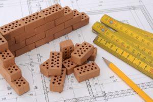Immagine Creative Commons di un tavolo di progettazione edile