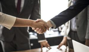 stretta di mano tra un cliente e un fornitore sul posto di lavoro