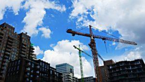 Gru e cantiere per costruzione di palazzine in ambiente cittadino