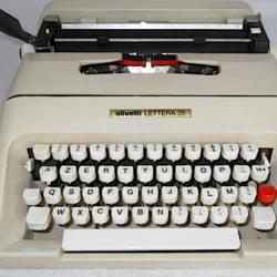 Macchina da scrivere Olivetti modello Lettera 35