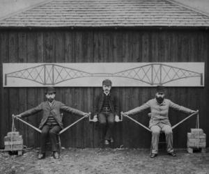 Prototipo vivente in scala per la realizzazione del ponte sul Forth, a Edimburgo, Scozia. Gli ingegneri progettisti simulano con i propri pesi la struttura dei carichi del ponte per far comprendere facilmente il progetto e le misurazioni del progetto del ponte sul Forth.