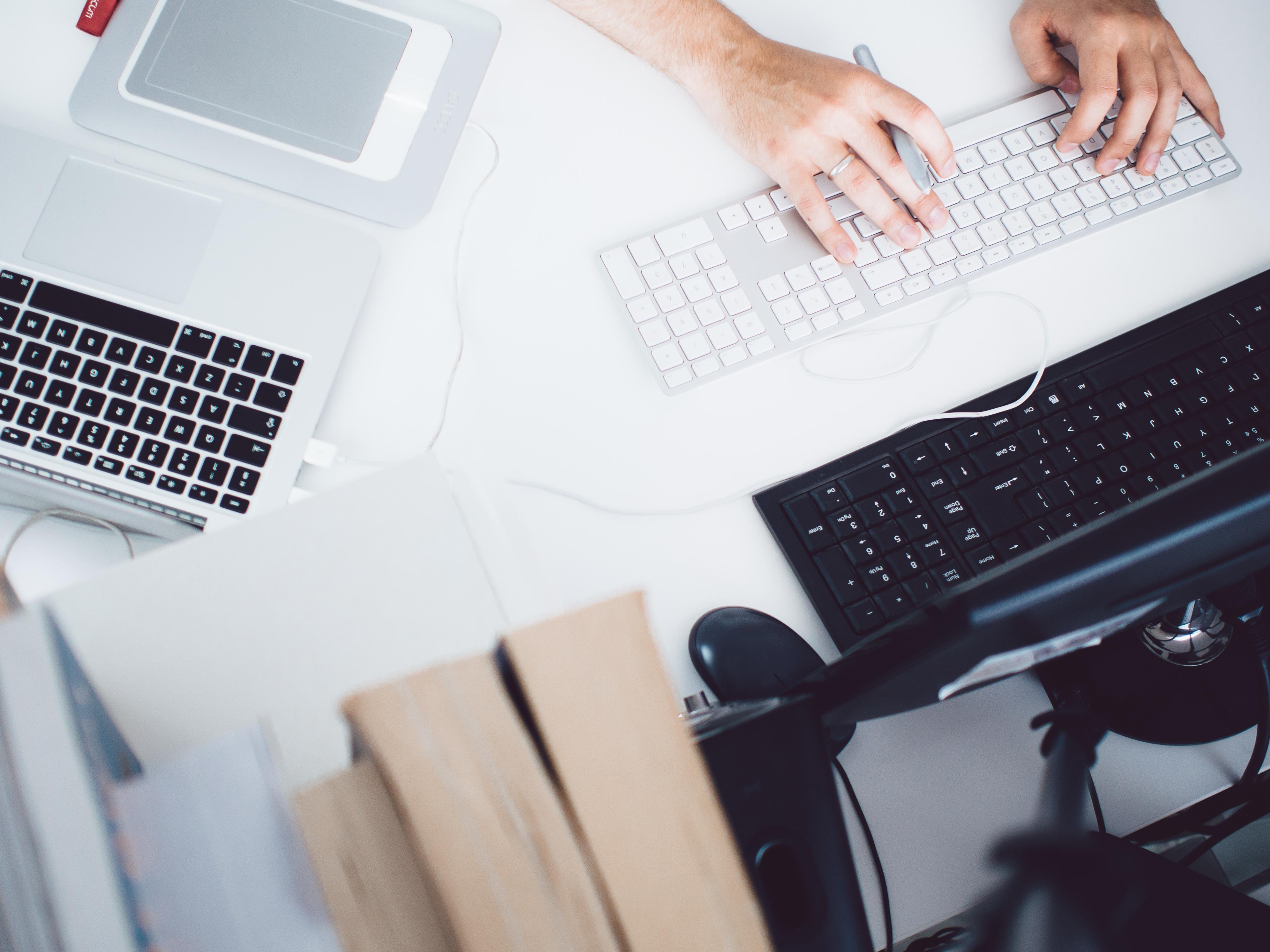 scrivania da lavoro con computer