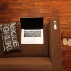 Ufficio in smartworking da casa, con pc su divano