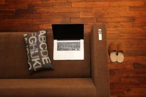 Foto dall'alto di un laptop su un divano di casa