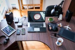 desk postazione di lavoro e studio da remoto con computer, smartphone tablet, ecc
