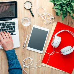 postazione di studio in aula virtuale per una lezione da remoto