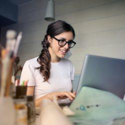 giovane donna che usa il suo laptop