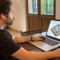 Lorenzo Pede a lavoro su una modellazione in Revit al suo computer e postazione di lavoro in smartworking