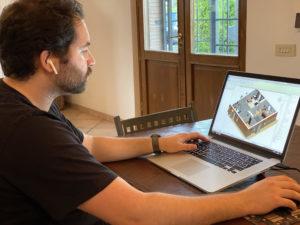 Lorenzo Pede a lavoro su una modellazione BIM in Revit al suo computer e postazione di lavoro in smartworking