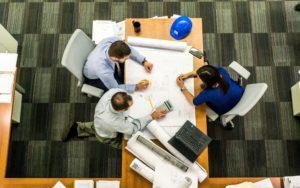 tavolo di lavoro di un team di progetto per una committenza architettonica o ingegneristica
