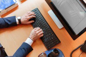 persona che digita sulla tastiera del computer