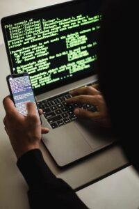 sistemista al lavoro su un computer sulla programmazione e sicurezza informatica