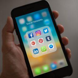 schermo di uno smartphone con le icone delle applicazioni di social network